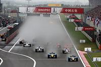 水飛沫をあげて各車一斉にスタート。フロントローのルノーはゆうゆうと1コーナーを1-2で通過したが……。(写真=Renault)