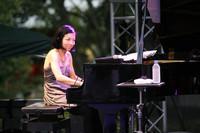 山中千尋。ニューヨークを拠点に活躍するジャズピアニスト。「After Hours」で第23回日本ゴールドディスク大賞「ジャズ・アルバム・オブ・ザ・イヤー」を受賞。2010年9月22日に『フォーエヴァー・ビギンズ』をリリース。