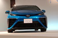 FCVの予定価格は、税抜きで700万円程度。FCスタックや水素タンクは専用パーツが用いられる一方、バッテリーやモーターには既存のハイブリッド車と同じ部品が流用され、生産コストが抑えられる。
