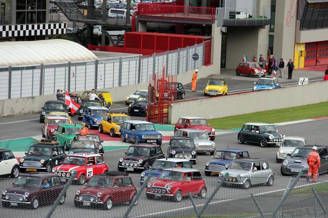 パドックからサーキット内パレードに続々と登場する参加車たち。
