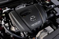 1.5リッターのガソリンエンジン。低回転域のトルクを大きくする「専用プリサイレンサー」を与えることで、機敏な走りと低燃費を両立したという。