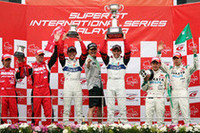 GT500クラスの表彰式。ポディウムの中央、オリベイラと荒の間に近藤真彦監督も登壇。シャンパンで祝福された。