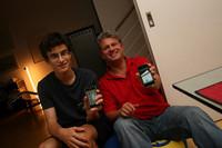 スイス人高校生フローリアンは夏にバイトをしてiPhoneを購入。同じく新しいモノ好きで「トヨタ・プリウス」も持っている近所のおじさんと。
