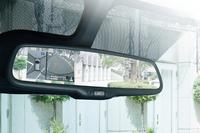 特別仕様車「Vセレクション+SafetyII」に標準装備される、「ディスプレイ付き自動防眩式ルームミラー」。
