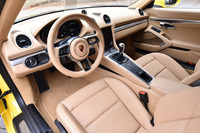 「ルクソールベージュ」カラーでコーディネートされた、テスト車のインテリア。オプションの「レザーインテリア」も選択した結果、シート表皮やダッシュボード、ドアパネルが本革仕立てとなっている。