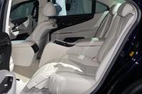 LS600hLの後席には、大型のセンターコンソールやオットマン付きのパワーシート(後席セパレートシートpackageで標準)、マークレビンソン製のサウンドシステムなどが採用される。