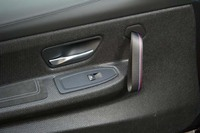軽量化のため、ドアストラップはループ式を採用。「Mストライプ」のアクセントが施される。