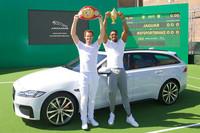 新型「ジャガーXFスポーツブレイク」と、同車の発表会に参加したプロテニスプレイヤーのアンディ・マレー選手(左)。