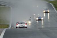GT500クラス、スタート直後の様子。一時は開幕も危ぶまれた2011年シーズンは、ごらんのようなウエットコンディションのなかスタートの時を迎えた。