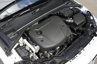 豊かなトルク特性と優れた燃費性能の両立がうたわれる「D4」エンジン。2基のターボで過給され、最高出力190psと最大トルク40.8kgmを発生する。