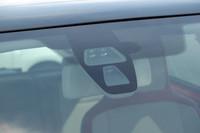 フロントウィンドウの上部に内蔵されるレーザーセンサー。
