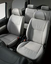 「ジムニー ランドベンチャー」のフロントシート。前席にはシートヒーターも特別に採用される。