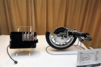 「EC-03」のキモ。従来より容量が10%アップした新開発のリチウムイオンバッテリー(写真左)と、薄さが自慢のパワーユニット。