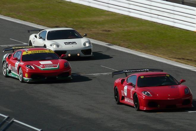 日本にもサーキットイベントは数あれど、「オートカー ジャパン フェスティバル」の特徴は、その中でも特にエントラントが「本気」なところ。お値段4ケタ万円のスーパーカーだろうが、希少なヒストリックカーだろうが、皆アクセル全開で富士スピードウェイの本コースをとにかく攻める。写真は新旧フェラーリによるレース「スクーデリア・トロフィー」の様子。