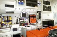 こちらは「トヨタ救急車ハイメディック」に搭載される医療装備。防振ベッドやストレッチャー、電動ポンプ式シンク、ウォータータンク、酸素ボンベ、換気扇などは標準装備。架装メーカーオプションとして、心電図モニターや携帯電話/伝送装置、自動式心臓マッサージ器、紫外線殺菌灯など、各種の医療機器を揃える。