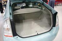 5名乗車で445リッターの荷室。後席を倒せば容量は2.5倍に。床下にもトノカバーなどを収納できるスペースが確保されている。