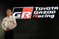新しい「TOYOTA GAZOO Racing」のロゴと、トヨタ自動車の伊勢清貴専務。