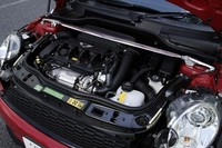 BMWが手がけた1.6リッター直4+ターボユニットには、ダイレクト・インジェクション・システムとツインスクロールターボチャージャーというハイテクが盛り込まれ、パワーと燃費の両立を図る。ミニ・クーパーSのエンジンよりも出力が増したぶん、クラッチやトランスミッションも強化されている。