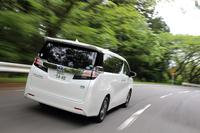 トヨタ・ヴェルファイア ハイブリッド エグゼクティブラウンジ     ボディーサイズ:全長×全幅×全高=4930×1850×1950mm/ホイールベース:3000mm/車重:2240kg/駆動方式:4WD/エンジン:2.5リッター直4 DOHC 16バルブ/モーター:交流同期電動機/トランスミッション:CVT/エンジン最高出力:152ps/5700rpm/エンジン最大トルク:21.0kgm/4400-4800rpm/フロントモーター最高出力:143ps/フロントモーター最大トルク:27.5kgm/リアモーター最高出力:68ps/リアモーター最大トルク:14.2kgm/タイヤ:(前)225/60R17 (後)225/60R17/車両本体価格:703万6691円