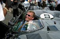 """ルマン・レジェンドレースに出場する元F1パイロットのジョニー・ハーバート。昨年は、本戦のルマン24時間に参戦していた。ドライブするのはイギリスを代表するマシン、ジャガーD-Type(1955年製)。カラーはもちろん""""モス・グリーン""""。これぞオール・イングリッシュ!"""