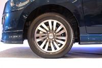 すべてのグレードに標準装着される、14インチの低転がり抵抗タイヤ。