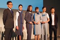 ユニフォームを着用したモデルを囲んでのフォトセッション。傍らに立つのはフォルクスワーゲン グループ ジャパンの庄司 茂 社長(写真左端)と、デザイナーの江角泰俊氏(同右端)。