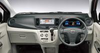 """運転席まわりの様子。""""燃費にいい運転""""をするとブルーからグリーンへ色が変わるメーターや、電力の回生状況を示すモニターなど、エコドライブをサポートするギミックが備わる。"""