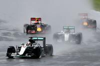 スタート直前に降った雨はすぐにやんだものの路面はウエット。全車ウエットタイヤを履き、セーフティーカー先導でレースがはじまった。(Photo=Red Bull Racing)