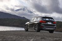 ラインナップは4WD車の「xDrive20i」「xDrive25i」とFF車の「sDrive18i」の3種類。それぞれに標準モデルと「xライン」「Mスポーツ」の3つの仕様が用意されている。