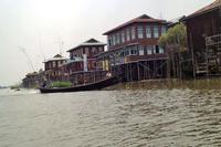 湖の中にはいくつかの集落が点在する。交通手段はボートのみ。