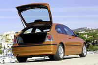 ハッチゲイトは、全自動で全開位置まで開くことができる。「ハッチを開ける前に重い荷物を下に置く必要も、ゲイトのハンドルにドロが付いていて指先を汚すこともないのです」(BMW)。