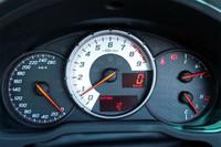 回転計が中央に置かれるメーターまわり。速度計は260km/hスケール。