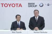 記者会見に臨む、トヨタ自動車の豊田章男社長(写真左)とBMWのノベルト・ライトホーファー取締役会会長。