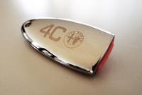 表面は、クロムの光沢仕上げ。「4C」のロゴとアルファ・ロメオのエンブレムも。