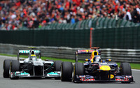オープニングラップ、ベッテル(右)は、予選5位のニコ・ロズベルグ(左)にストレートで抜かれてしまう。しかし4周目に早々にピットへ入り、ブリスターが発生したタイヤを替えてしまうと、レース中盤にはレッドブルが首位に返り咲いていた。(Photo=Red Bull Racing)