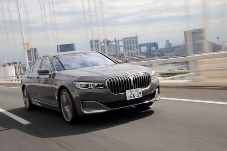 """「BMW 745eラグジュアリー」には、BMWの金看板""""ストレートシックス""""に電気モーターを組み合わせたぜいた..."""
