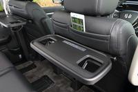 運転席と助手席の背面には、折りたたみ式のテーブルや、ポケットが備わる。