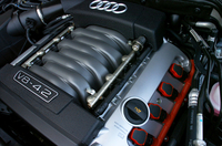 「オールロードクワトロ 4.2 V8」などはエンジンカバーで覆われるが、ニューA8はプラグソケットなど、エンジンの一部を見ることができる。