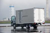 長年にわたり、国内における小型トラックのベストセラーに君臨する「いすゞ・エルフ」。乗用車では考えられない多彩なバリエーションが取りそろえられている。写真は「ワイドキャブ ロングボディー ドライバン」。