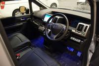 運転席まわりの様子。写真は、9インチの大画面ナビゲーションなど、オプションを装着したもの。