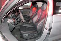 フロントシートは、ダイヤモンドパターンのステッチやRSロゴで飾られる。