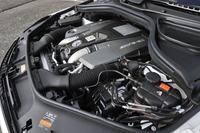 5.5リッターV8ツインターボエンジンは585psと77.5kgmを生み出す。JC08モード燃費は7.4km/リッター。