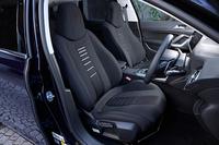 「308SWシエロ」の前席。「シエロ」にはファブリックスポーツシートが、ベースグレードとなる「プレミアム」にはファブリックコンフォートシートが採用される。