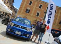 2017年7月14~23日にイタリア・リエティ旧市街で開催された地元ディーラー共催展示会「モトーレ・ロンバンテ」にて。motore rombanteとは「とどろくエンジン(音)」のこと。写真はスズキ&日産販売店のマリアーノさんとエレオノーラさん。