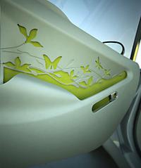 シートやドアパネルには蝶や草木など自然を描いた絵が刻まれる