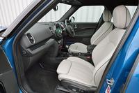 ボディーサイズの拡大により、車内空間の居住性も改善。シートの位置も高められており、視認性が向上している。