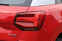 リアコンビランプも多角形がモチーフ。ウインカーの光線が車体外側に流れるように見える「ダイナミックターンインディケーター」が備わる。