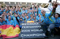 アロンソ、そしてミシュランタイヤが去るルノーも、昨年の初コンストラクターズタイトルに次ぐ2連覇。アロンソは、今年未勝利に終わったマクラーレンへと旅立ち、残るシートにはジャンカルロ・フィジケラとヘイッキ・コバライネンがつく。(写真=Renault)