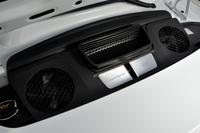 メンテナンス用ハッチの下に貼られた、「Carrera」「3.0」と書かれた2枚のプレート。新しい「911カレラ」には、3リッター水平対向6気筒ターボエンジンが搭載される。