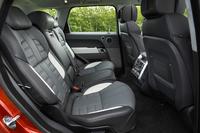 後席のニールームは従来型と比較して24mm広げられている。